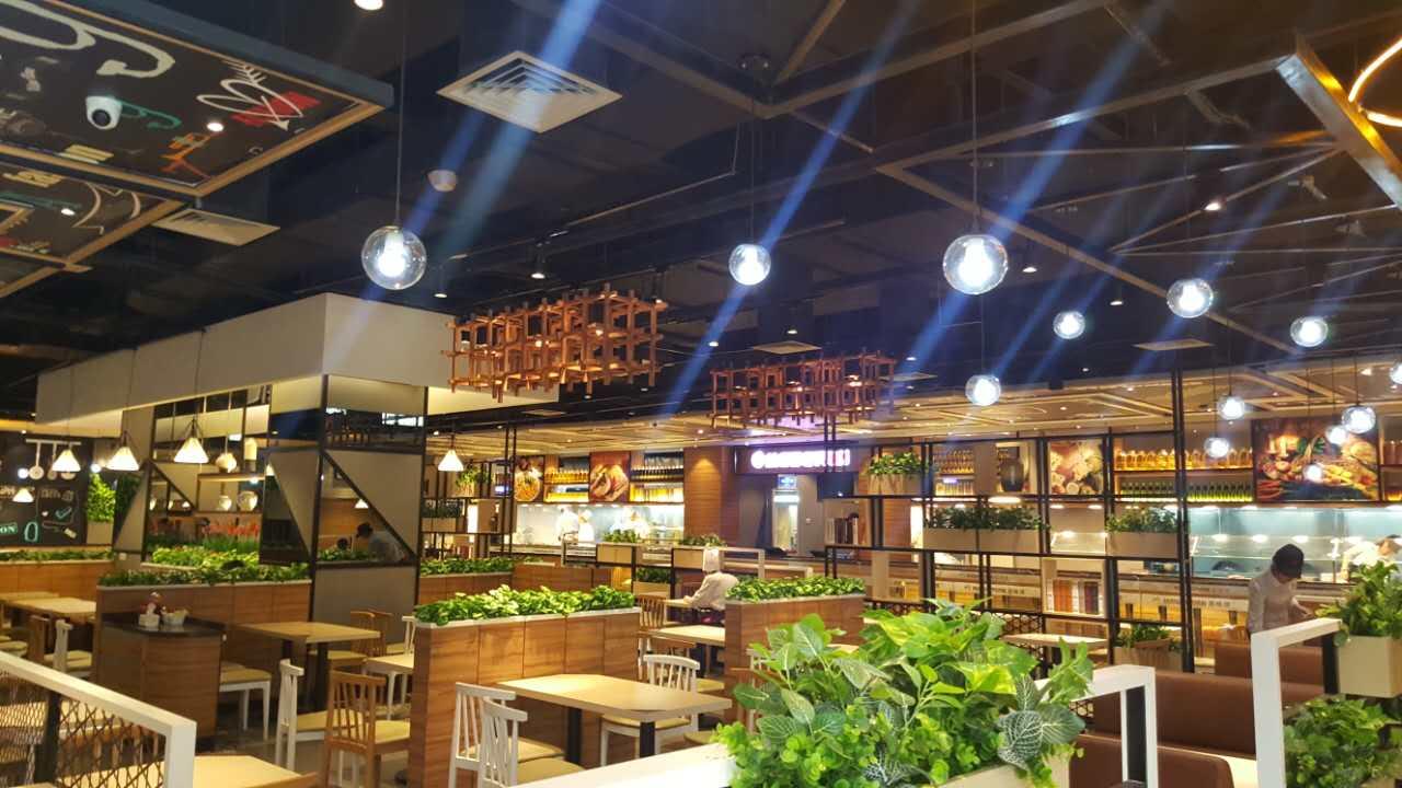 餐厅装修设计:在空间外观进行植物装饰,大厅内萦绕弯曲的小水道,楼顶